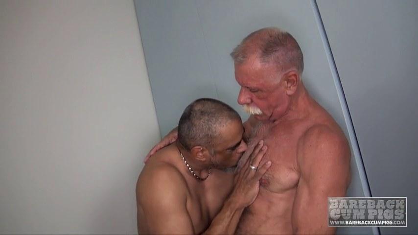 Порно жестокое старики ебут жестко молодых парней геев